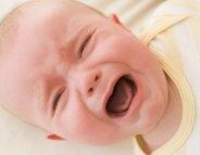 Faut-il accourir dès que bébé pleure ?