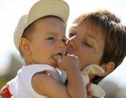 Porte-bébé en vacances : à utiliser avec précaution