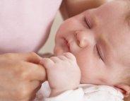 Bébé ne réussit pas à s'endormir seul : comment l'aider ?