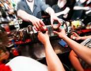 Alcool : les Français boivent moins
