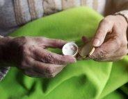 Médicaments et personnes âgées : gare à la chute