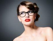 Les secrets d'un maquillage de fête réussi même avec des lunettes