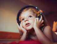 Audition : un enfant sur trois s'endort avec un casque