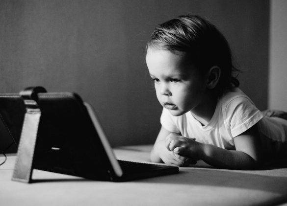 Surexposés aux écrans, les enfants deviennent-ils autistes ?
