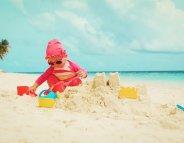 A la plage, protection solaire renforcée pour les enfants
