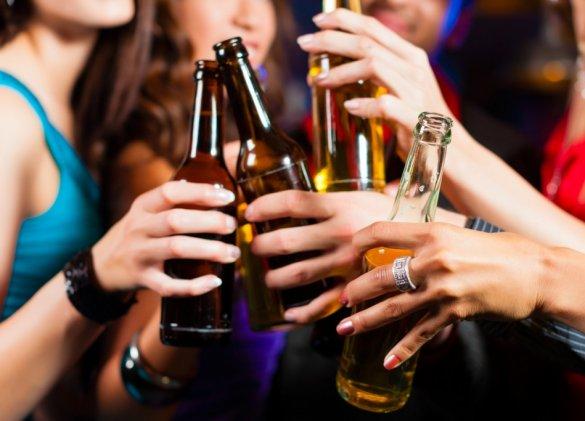 Le binge drinking fragilise les os des jeunes filles