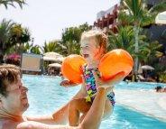 Bébé à la piscine et la mer en toute sécurité