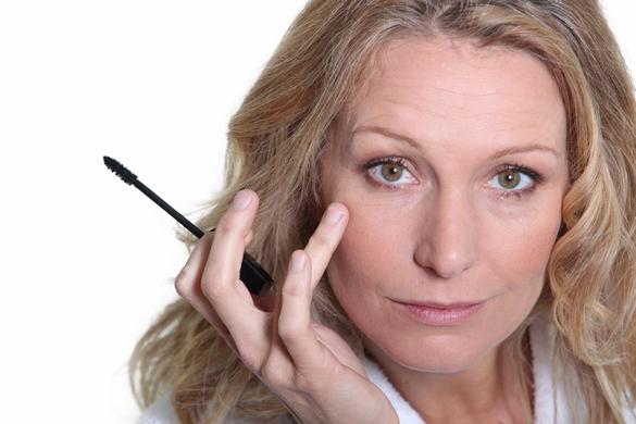 Pour un maquillage sans pinceau, gardez la main légère pour éviter l'effet « pot de peinture » ! ©phovoir