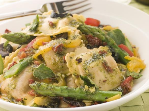 Au menu ce midi, des raviolis aux légumes grillés avec vinaigrette au pesto de tomates et aux asperges. ©Phovoir
