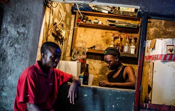 Un bar à Conakry, la capitale guinéenne touchée par Ebola. ©Tommy Trenchard/IRIN