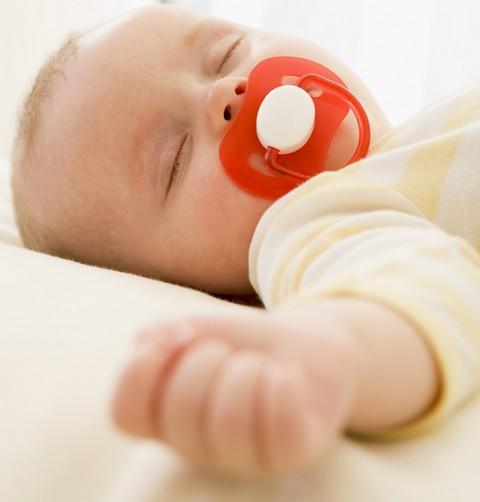 Bébé passera sans doute sa première soirée avec babysitter… au lit. ©Phovoir