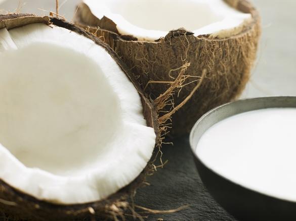 Avec ses saveurs sucrées, l'huile de coco constitue une bonne alternative à l'huile d'olive pour les vinaigrettes et plats cuisinés. ©Phovoir