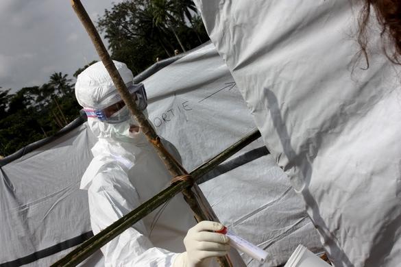 Le personnel soignant, les familles de malades et les personnes assistant aux enterrements représentent les populations les plus à risque de contamination par Ebola. ©MSF