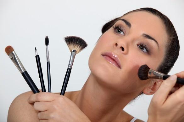 La toilette des pinceaux de maquillage devrait, idéalement, être réalisée une fois par semaine. ©Phovoir