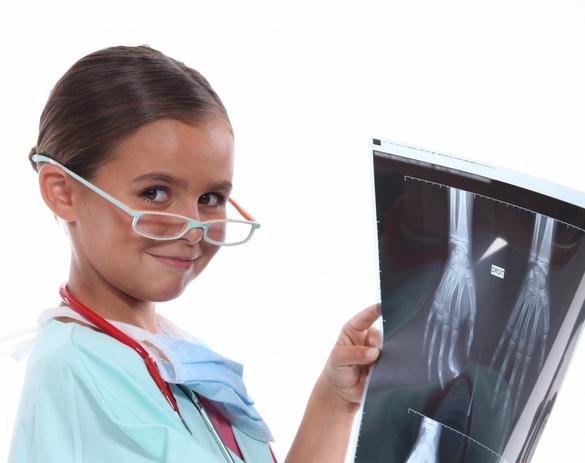 Si votre enfant doit passer une radiographie, restez à ses côtés pendant l'examen. ©Phovoir