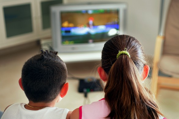 Plus encore que les jeux vidéos, la télévision favorise le grignotage. ©Phovoir