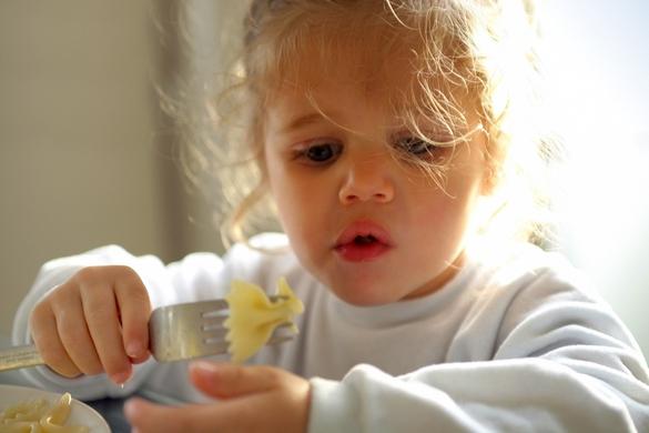 Le temps du repas fait partie intégrante du processus de diversification alimentaire et de socialisation de l'enfant. ©Phovoir