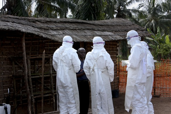 Les familles des malades et les notables des villages sont parfois invités à visiter les centres de prise en charge des patients atteints d'Ebola. ©MSF