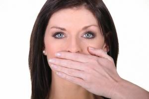 7 fois sur 10, la mauvaise haleine a une origine bucco-dentaire. ©Phovoir