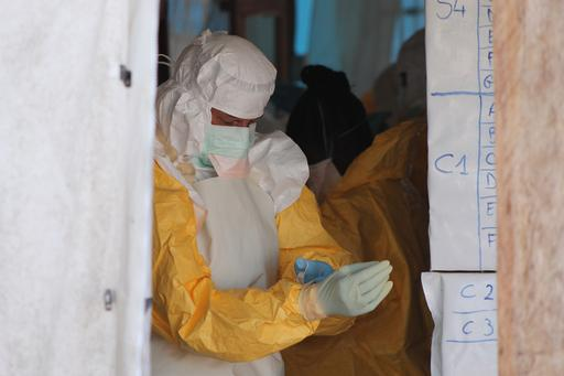 : Dans les centres de prise en charge des malades d'Ebola, le risque zéro de contamination des personnels de santé n'existe pas. ©Martin Zinggl/MSF