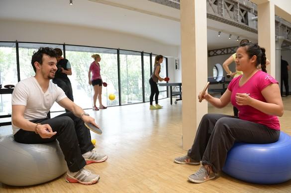 Du ping-pong, assis sur un ballon suisse pour travailler les abdominaux. ©Julien Crosnier