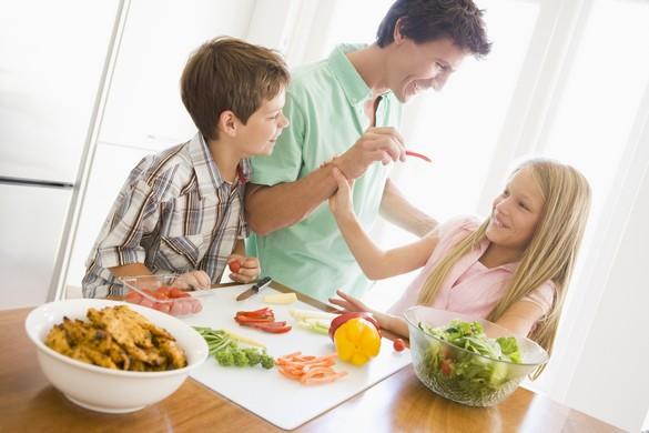 Les enfants des couples les plus instruits mangent davantage de légumes. ©Phovoir