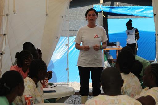 La formation de personnels pour les centres de soin et d'isolement Ebola parmi les populations locales est une des clés de la lutte contre l'épidémie. ©Martin_Zinggl