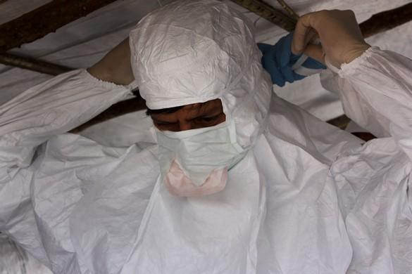 L'habillage et le déshabillage sont des moments critiques pour les professionnels de santé prenant soin des malades d'Ebola. ©MSF