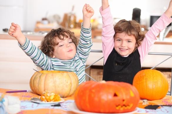 Pour Halloween, les enfants s'amusent avec les citrouilles. ©Phovoir