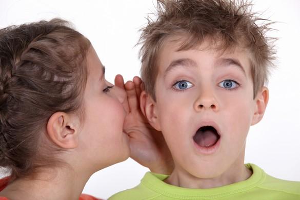 Répondre à la curiosité des enfants évite qu'ils ne croient sur parole les informations approximatives relayées sur les cours de récréation. ©Phovoir