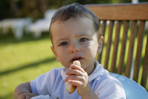 La dégustation de pain, pour les tout-petits, c'est toujours sous la surveillance d'un adulte. ©Phovoir