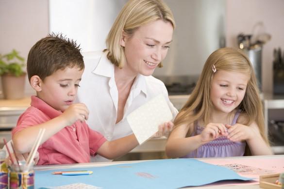 Faire fabriquer des cadeaux aux enfants, un bon moyen de les occuper pendant les fêtes. ©Phovoir