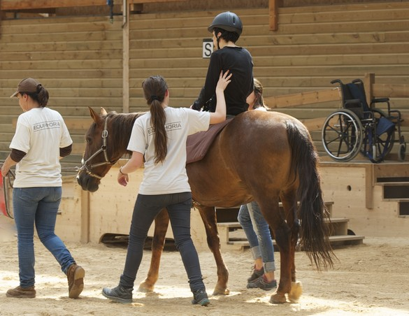 Le cheval aide les personnes en situation de handicap à travailler leur équilibre, leur tonus musculaire mais aussi à reprendre confiance en elles. © Equiphoria-Erik Bogros