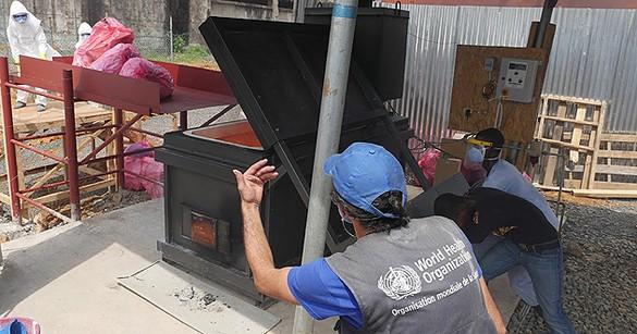 Une équipe de l'OMS prend le plus grand soin à incinérer du matériel médical souillé par le virus Ebola. ©WHO/R. Sørensen