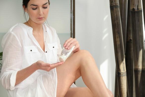 Hydratée tous les jours, la peau gagne en éclat et en fermeté. ©Phovoir