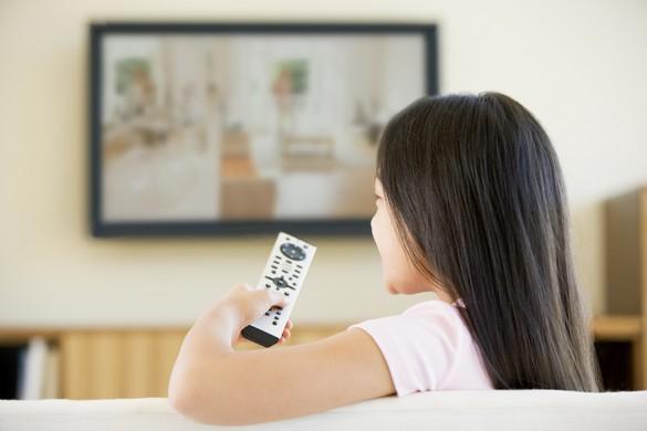 Pour un enfant, le risque de surpoids et d'obésité augmente avec le temps passé devant la télé… ©Phovoir