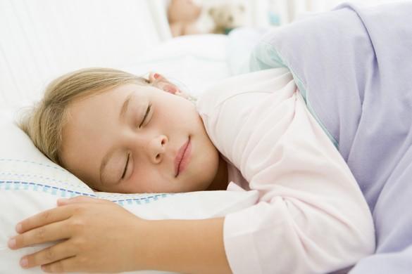 En plus de la qualité, la durée du sommeil des enfants agit aussi sur leurs capacités de mémorisation. ©Phovoir