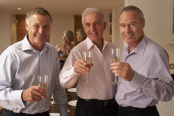 Boire modérément s'impose à tous les seniors afin de protéger leur coeur ©Phovoir