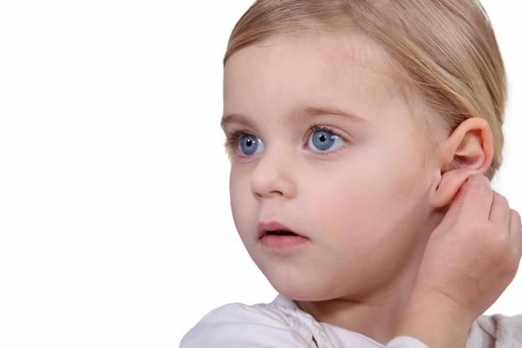 Signe évocateur : un enfant qui porte souvent la main à l'oreille. ©Phovoir