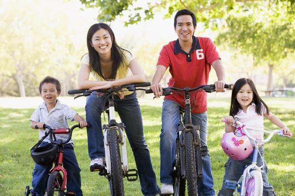 Pour les enfants, les sorties à vélo, c'est avec un casque. ©Phovoir