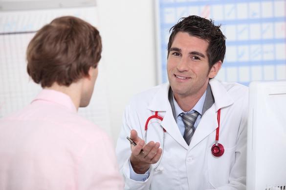 Pendant vos vacances, vous pourriez être amenés à consulter un médecin, pensez à votre Carte européenne d'Assurance-maladie ©Phovoir