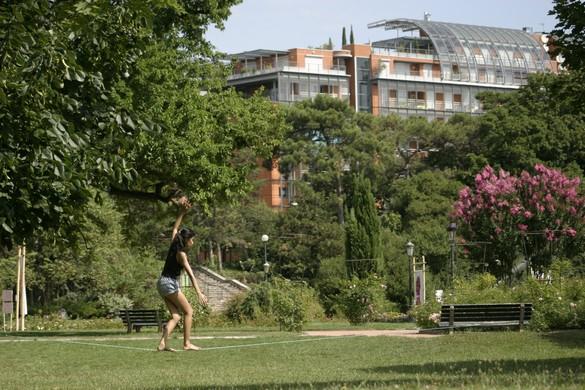 La slackline gagne les parcs urbains. ©Ekilibre Lyon
