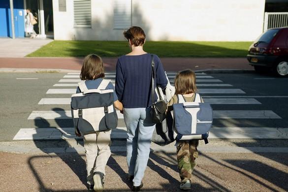 """Résultat de recherche d'images pour """"enfant portant un cartable simple"""""""