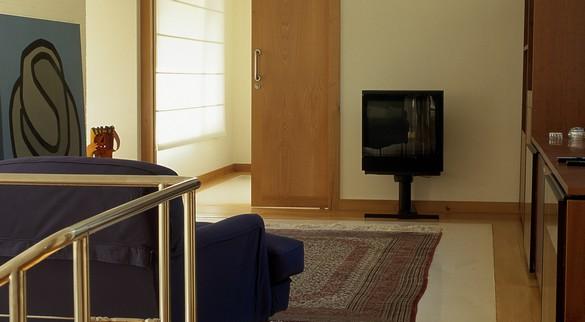 Si elle n'est pas fixée au mur, la télévision peut facilement basculer. ©Phovoir