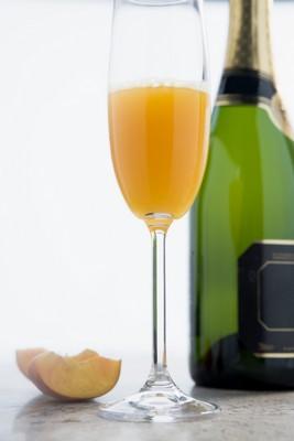 Lui aussi à base de champagne, le Bellini est plus original que le kir royal. ©Phovoir