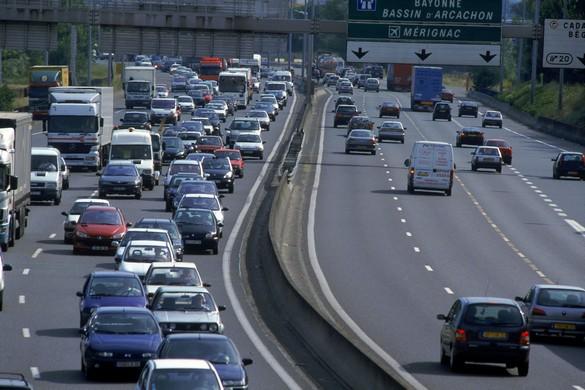 L'hiver aussi il faut prévoir des embouteillages sur la route des vacances. ©Phovoir
