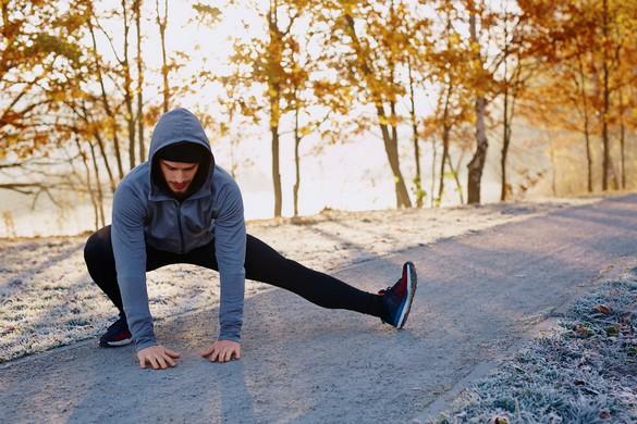 Bien équipé et bien échauffé, rien n'empêche de continuer à courir en hiver. ©Baranq/Shutterstock.com