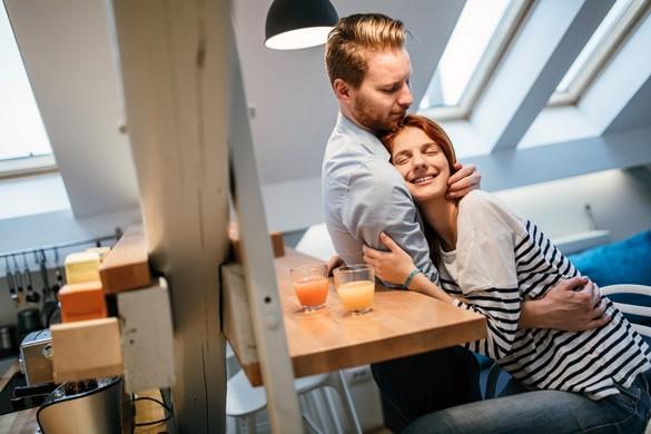 Enlacer son conjoint au petit-déjeuner, une habitude à prendre pour passer une bonne journée. Andor Bujdoso/Shutterstock