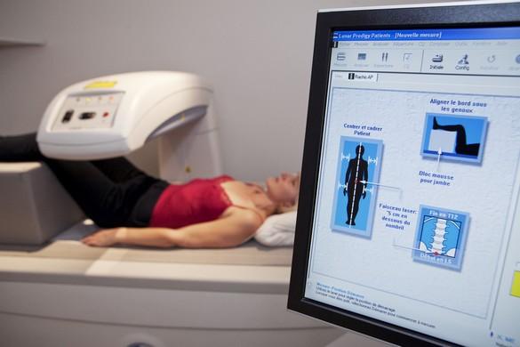 L'ostéodensitométri, l'examen de référence pour mesurer la densité minérale osseuse. ©Image Point Fr/shutterstock.com